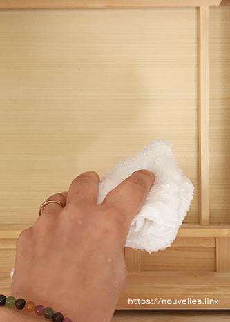 清明水の水気をくまなく拭き取る